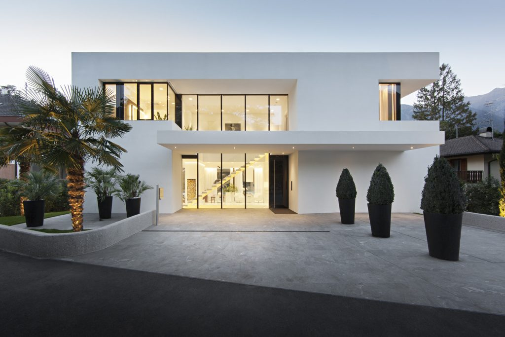 moderna fasada hiše - vse v belem
